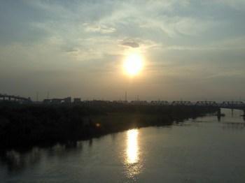 今日も朝日が昇る。夕陽の方が好きだけど…